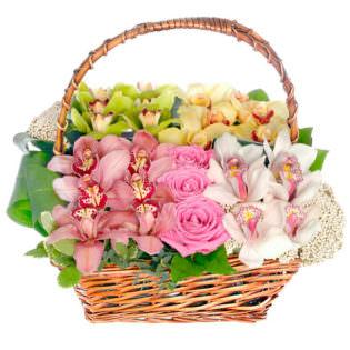 Цветы в корзинке с орхидеями
